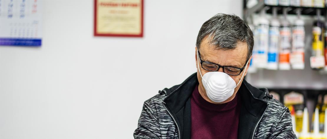 Ein Mann mit Mundschutz bei der Arbeit.