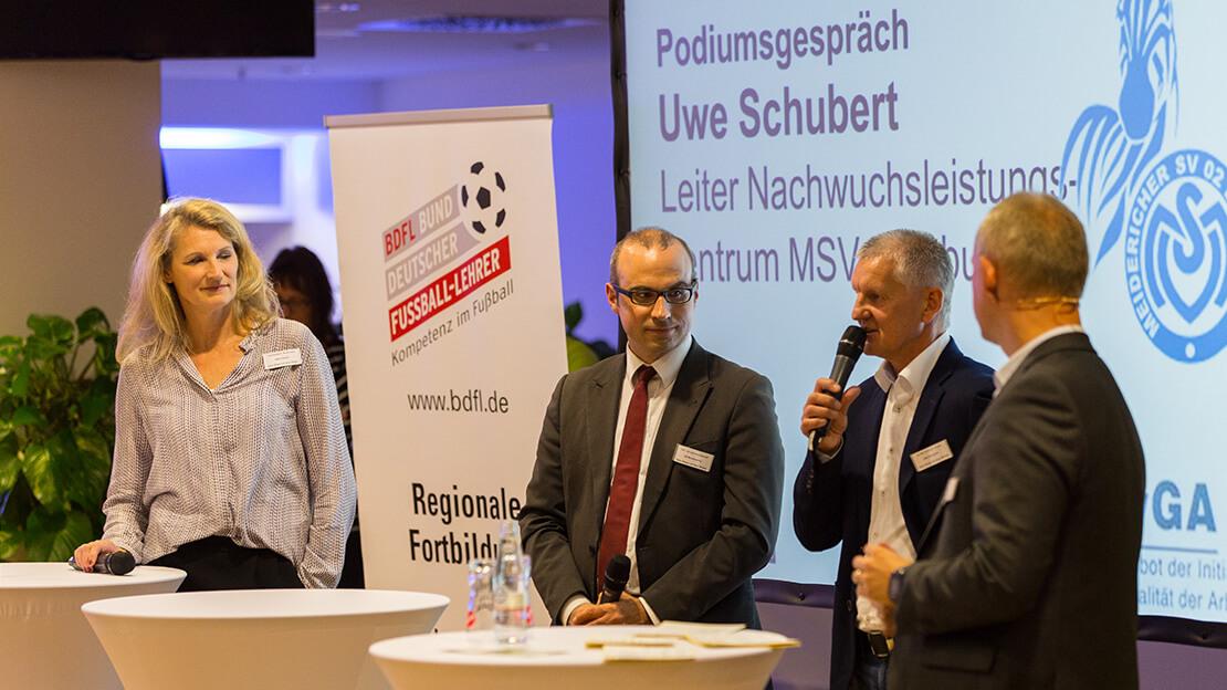 Drei Herren und eine Dame im Podiumsgespräch mit Uwe Schubert