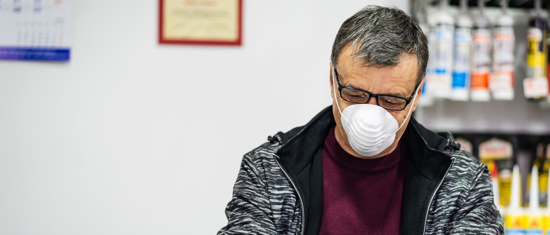 Ein Mann mit Atemmaske bei der Arbeit