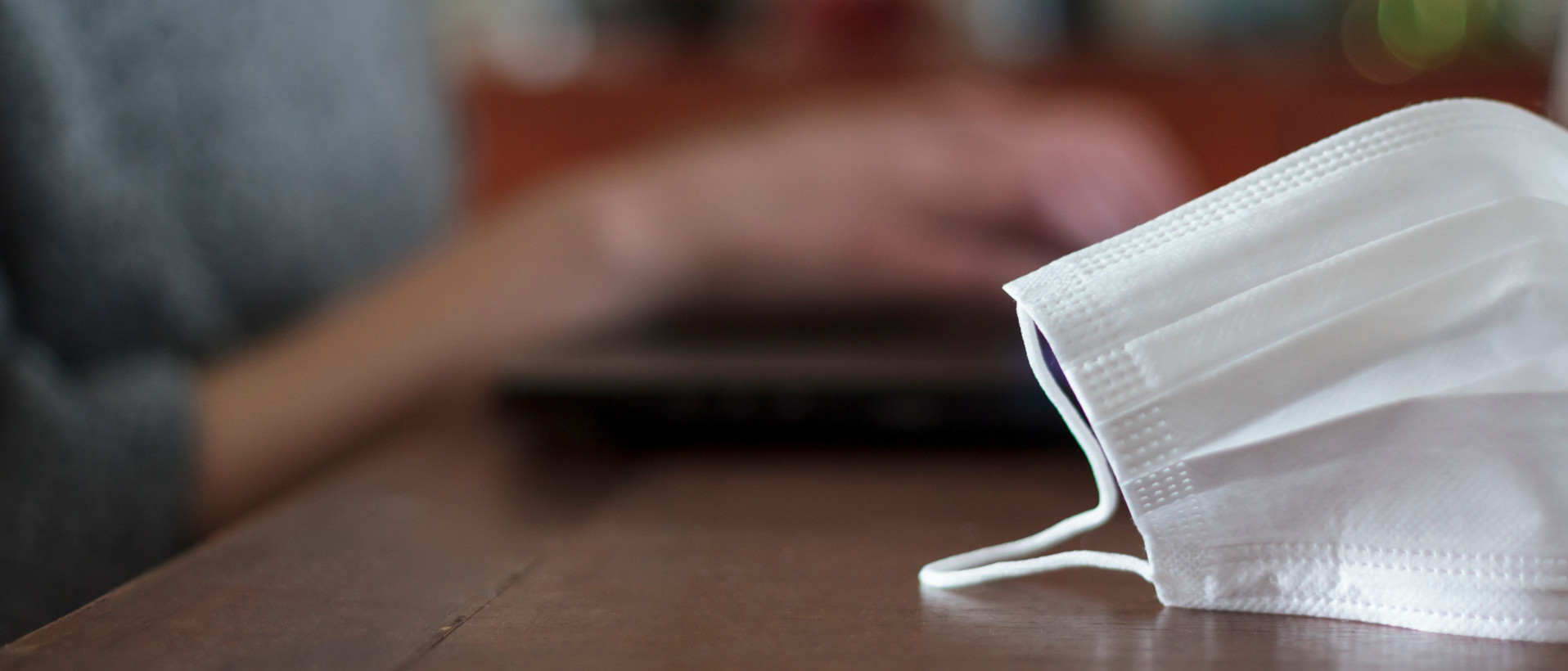 Ein Mund-Nasen-Schutz liegt auf einem Schreibtisch.