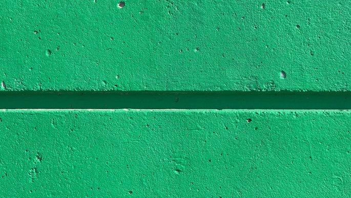 Nahaufnahme einer grünen Mauer.