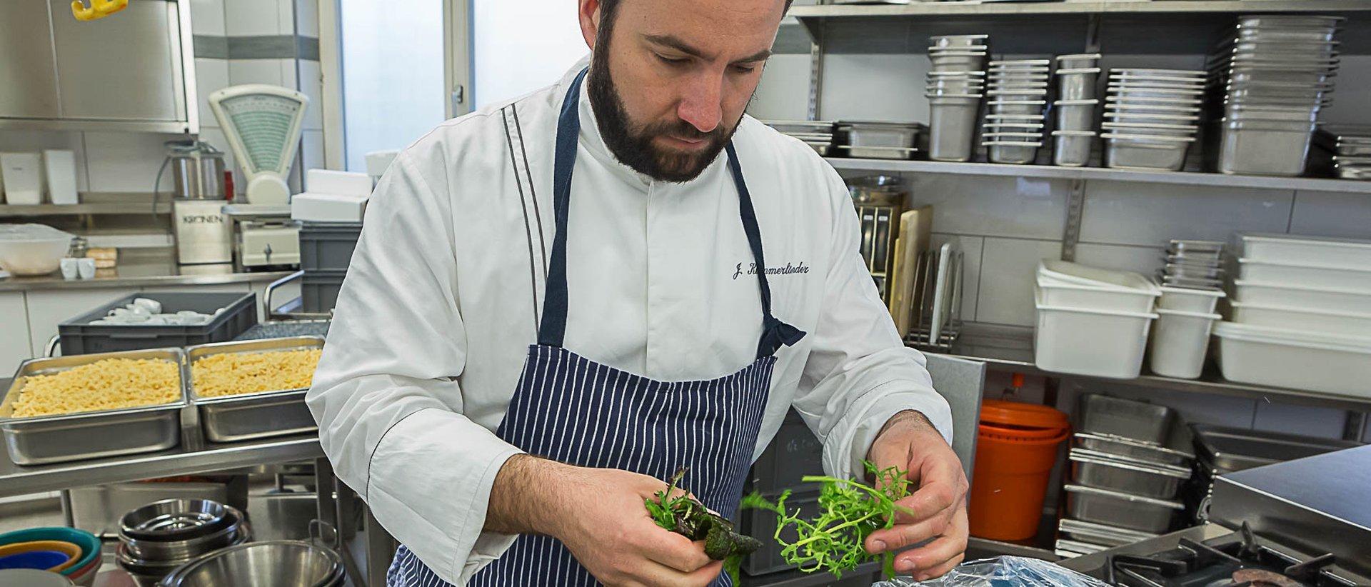 Ein Koch beim Vorbereiten eines Salates