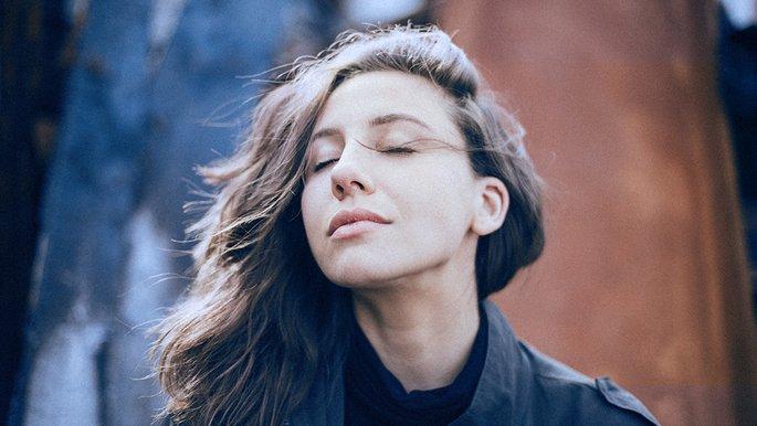 Eine Frau mit geschlossenen Augen.