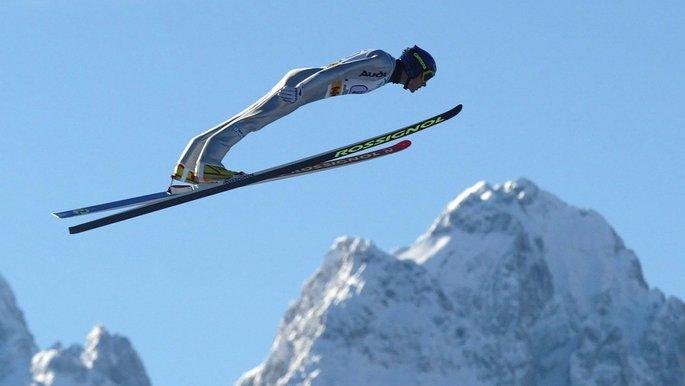 Ein Skispringer in der Luft.