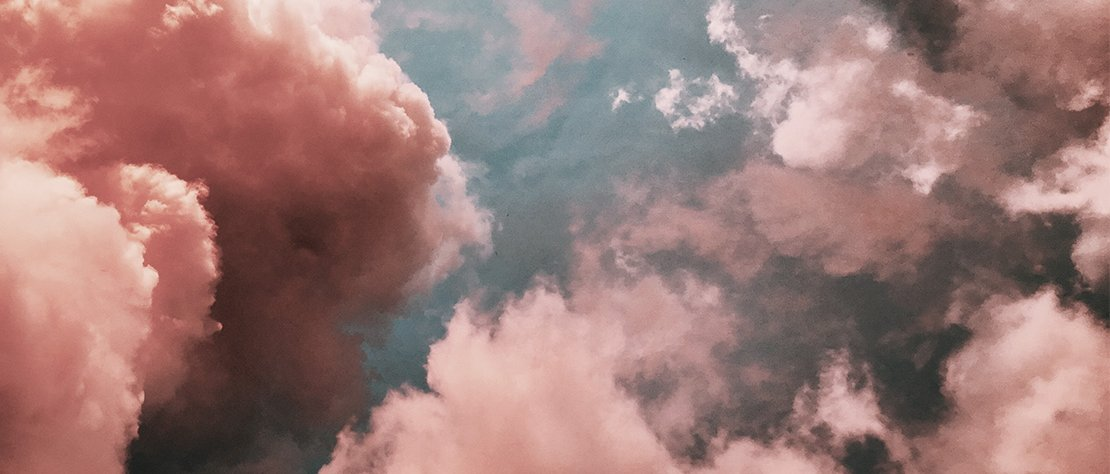 Gemälde von rosafarbenen Wolken.