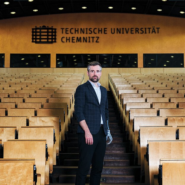 Bertolt Meyer steht in einem Hörsaal.