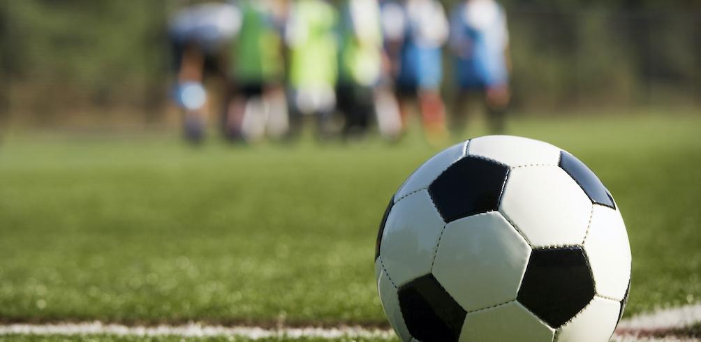 Ein Fußball liegt auf einer Wiese