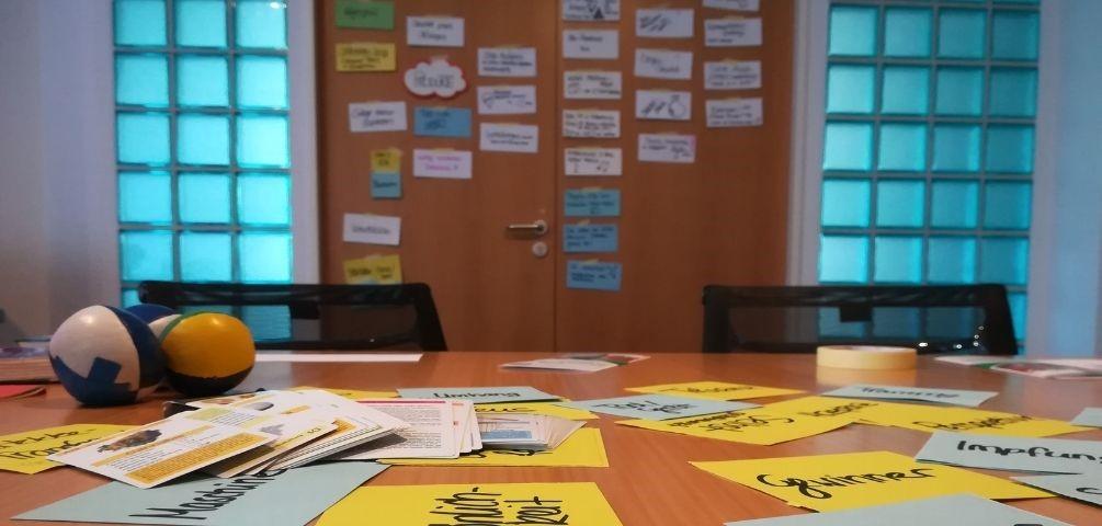 Klassenraum einer Berufschulen mit Arbeitsmaterial zum gemeinsamen Arbeiten im Team